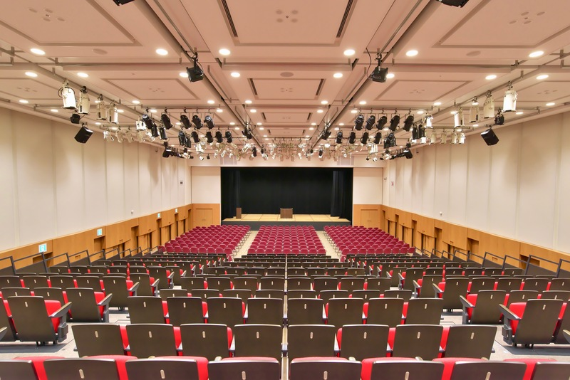 エルガーラホール・8階大ホール シアター形式:605名